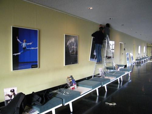 In den Fluren werden die Ballettbilder aufgehängt.