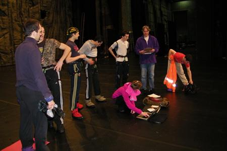 Ballettmeister Tomas Karlborg liest die Gewichte der Tänzer vor.