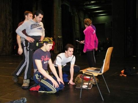 Javier, David und Alexander schauen sich die Choreographie auf einem Laptop an.