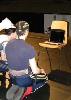 David gebannt vor dem Rechner.