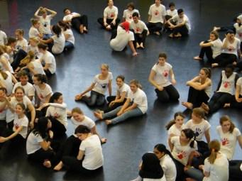 ... tummeln sich im großen Ballettsaal.