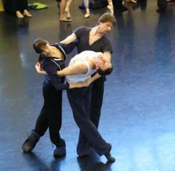 Shoko Nakamura mit Wieslaw Dudek und Michael Banzhaf im Ballettsaal.