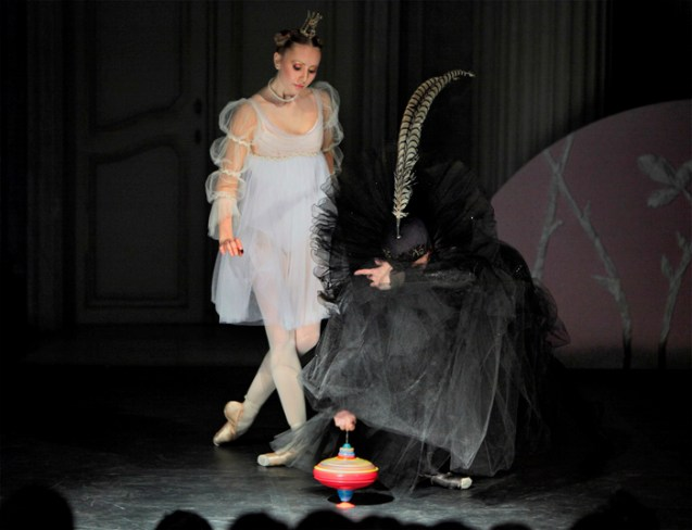 Anastasia Kurkova als Aurora & Kathlyn Pope als Carabosse.