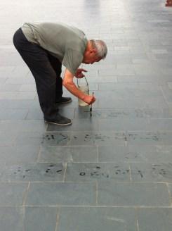Elinor Jagodnik schickt uns ihren ersten Eindruck von Peking: der Tempel des Himmels, und dieser Herr, der auf dem Boden zeichnend den gegenwärtigen Augenblick zu genießen scheint ...