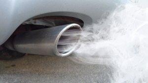 Een afbeelding van een rokende auto uitlaat