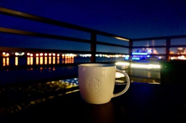 夜 オーシャンビューの函館ベイサイドのスタバ