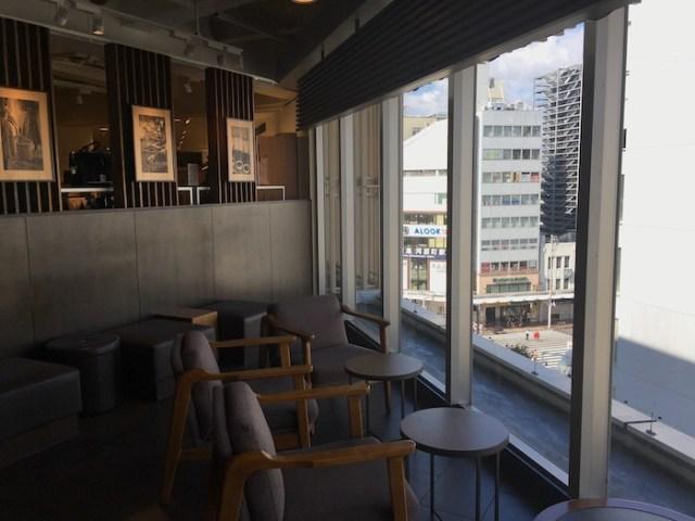 京都府河原町通が見える窓側席の スタバ