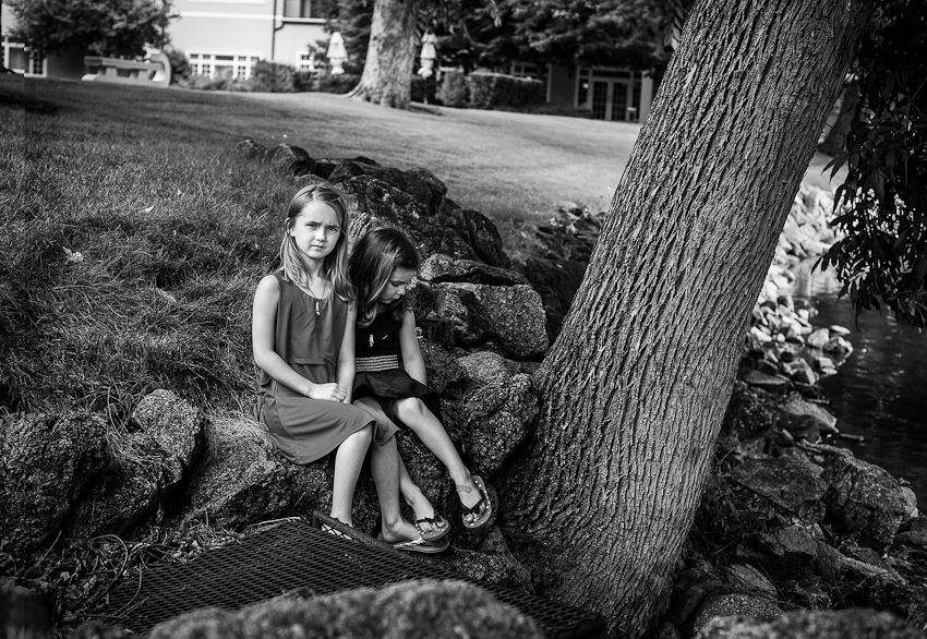 b&w photograph of sisters under a tree at the Boradmoor Resort #stacieannsmith