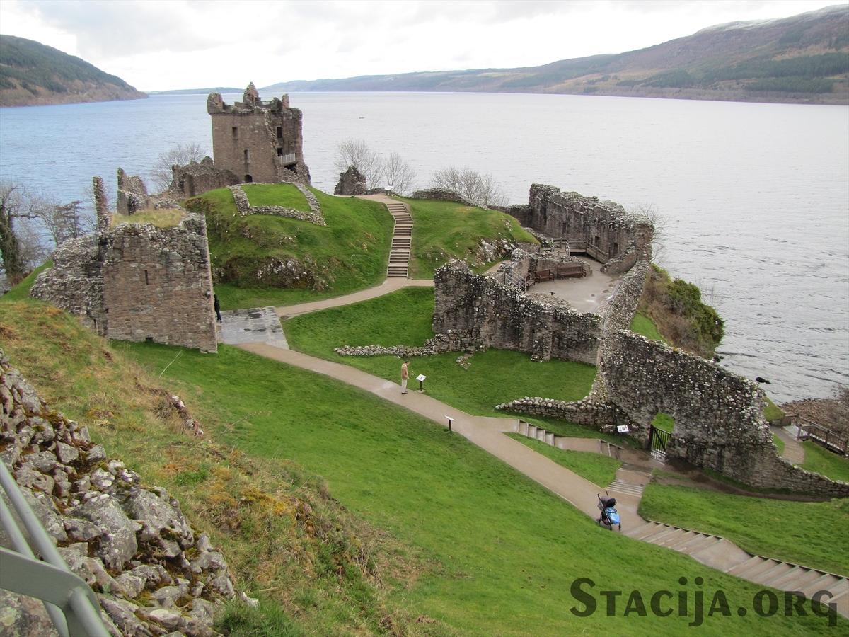Urquhart Castle Lohnesa krastā. Slavena, vēsturiski nozīmīga pils seno skotu kaujās.