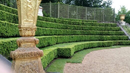 Perfectly manicured seating for the Kings guests. Sorry no tourists are allowed to sit!