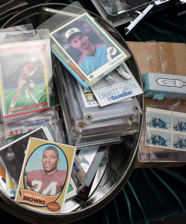 A tin full of assorted sportscards
