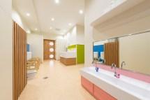 カラフルな保育園の幼児用トイレ