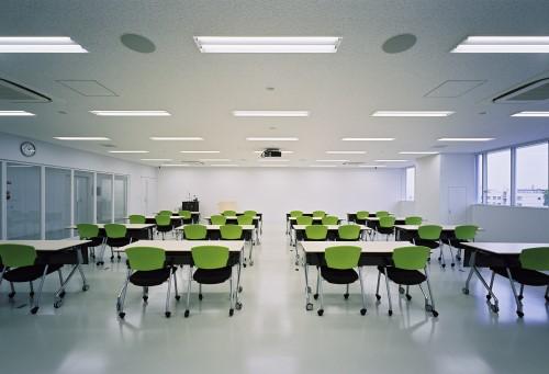 ガラスパーティションで仕切られた座学研修室の内観