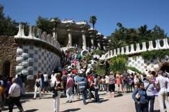 Gaudis Parc Güell i Barcelona är mycket livligare i verkligheten än på film.