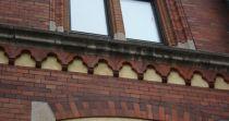 En bågfris pryder rådhuset mellan våning andra och tredje våningen, samt mellan fjärde våningen och vindsvåningen.