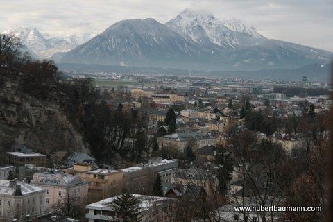 Blick vom Mönchsberg auf Salzburg und das Bergpanorama