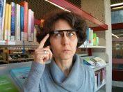 Frau Döring findet binnen Sekunden dank augmented reality das richtige Buch. Außerdem kann sie im Handumdrehen spannende Video-Tutorials aufzeichnen.