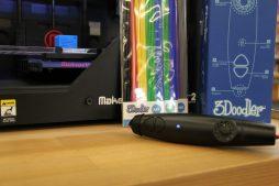 Der 3Doodler kommt mit einer Auswahl an Kunststoffen in verschiedenen Farben. Das blaue Licht signalisiert, dass er vorgeheizt und einsatzbereit ist.