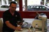 Herr Rabbertz (3D Systems) mit Handscanner und 3D-Drucker.