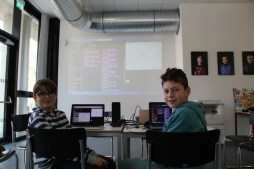 Rubin und Julian programmierten Finch-Roboter