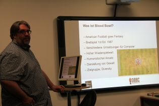 Was ist Blood Bowl? Andreas Pfüller im Vortrag.