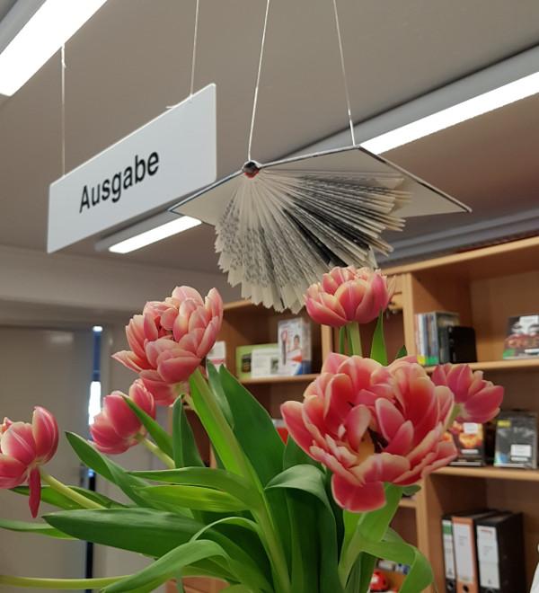 Buchkunst - erstes fliegendes Buch in der Stadtbücherei Eckernförde