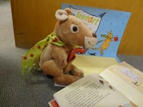 Unser Lesestart-Känguru zeigt euch hier eins der Bilderbücher, die jeweils in den Sets enthalten sind.