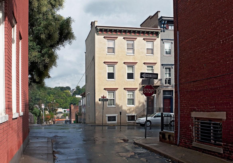 Straßenecke mit Häusern und Bäumen