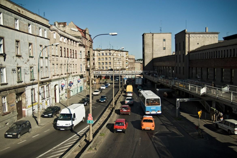 Mit Autos befahrene Straße