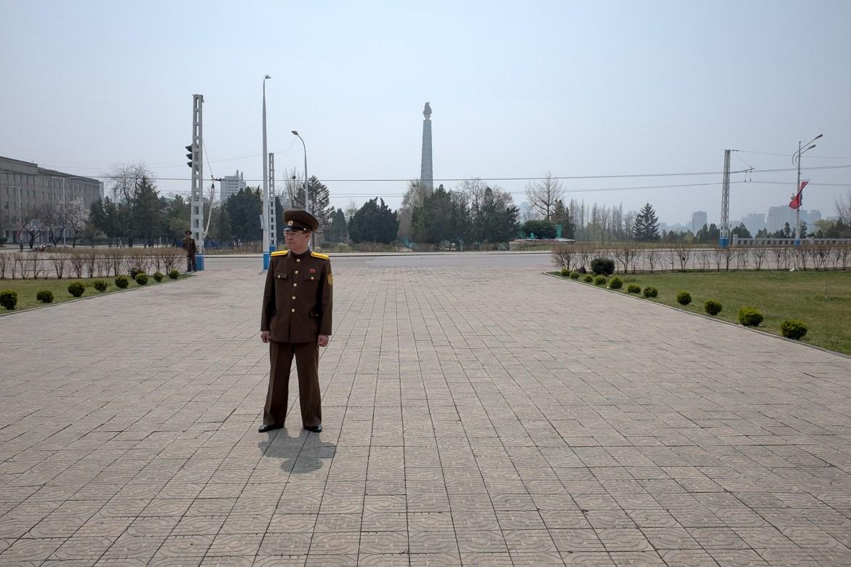 Ein Militär steht auf dem Fußweg in Pjöngjang, Nordkorea