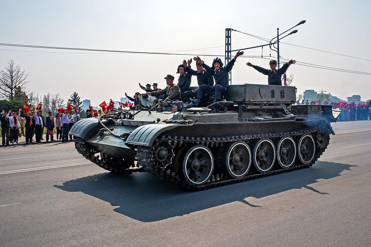 Vorbeifahrender Panzer mit winkenden Soldaten in Pjöngjang, Nordkorea