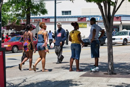 Gruppe verschiedener Menschen, die auf der Straße laufen