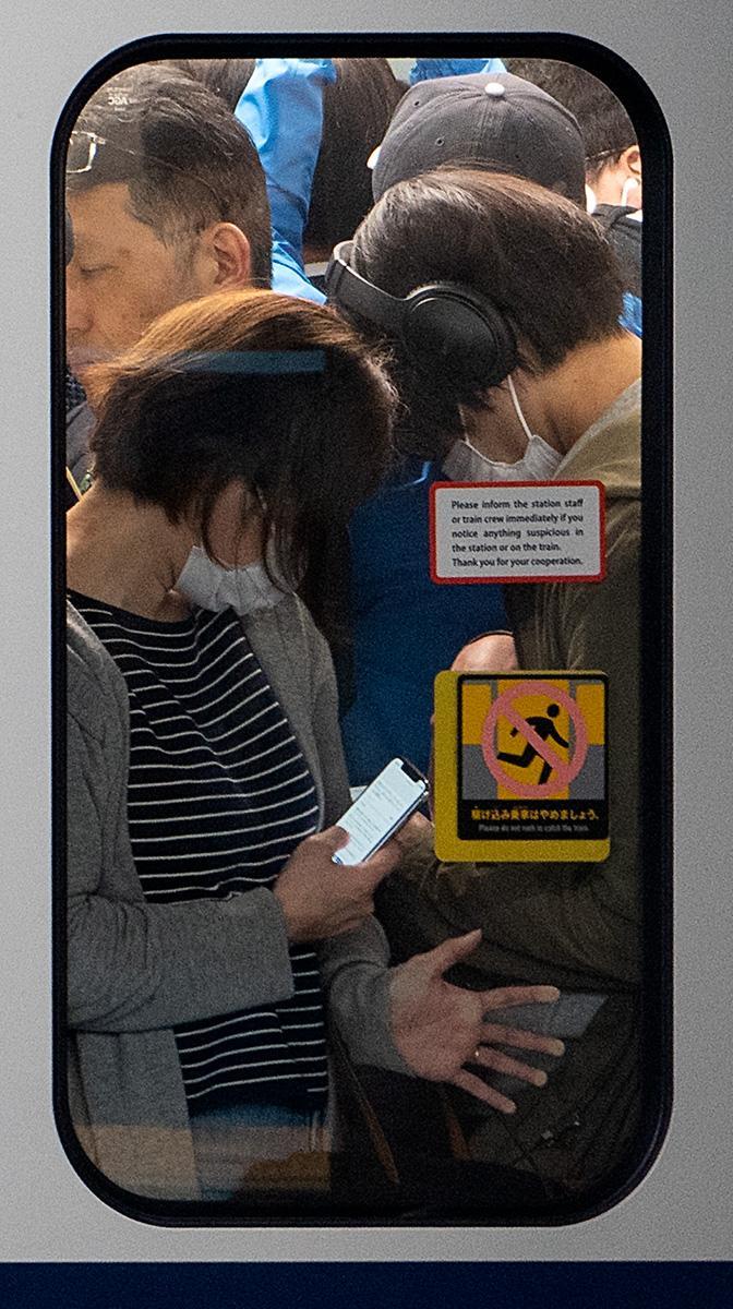 Menschen gedrängt in der U-Bahn in Tokyo