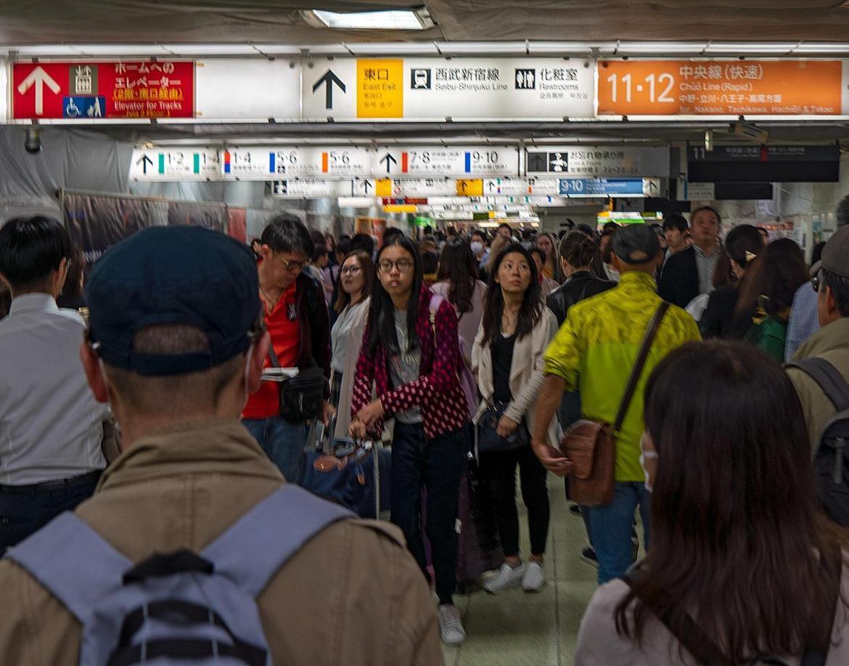 Menschen in der Unterführung der U-Bahn in Tokyo