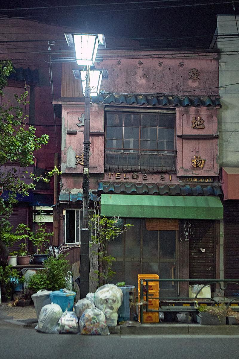 Altes Haus mit Straßenbeleuchtung im Beitrag Tokio: Urbanes Kleinod auf der Seite Stadterkundung.com