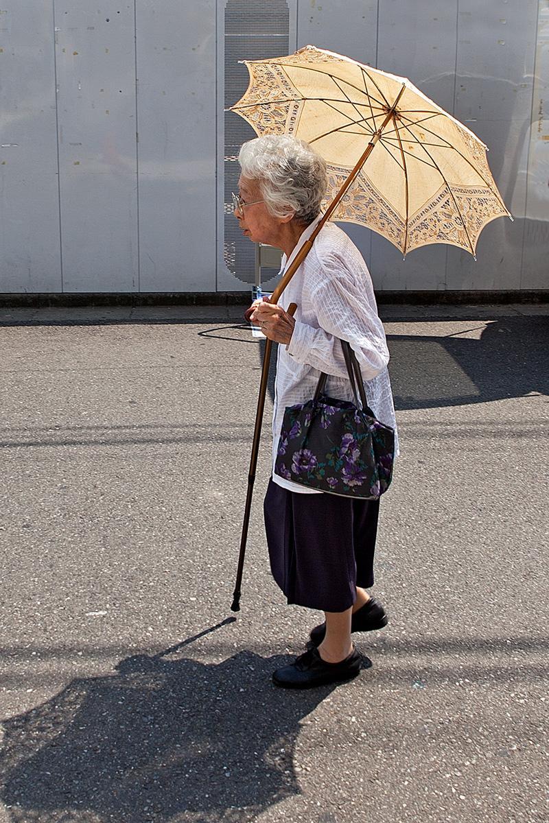 Alte Frau mit Sonnenschirm im Beitrag Tokio: Urbanes Kleinod auf der Seite Stadterkundung.com
