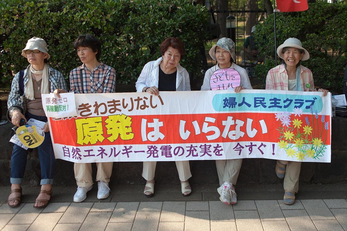 Ältere Frauen halten ein Transparent im Beitrag Tokio Against Nukes auf der Seite Stadterkundung.com