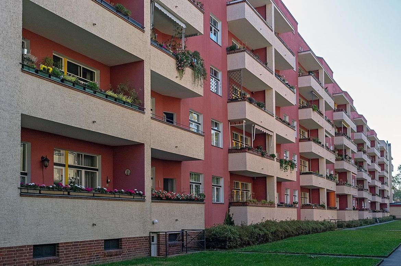 Eine Hauswand mit Balkonen im Beitrag Berlin: Wohnstadt Carl Legien