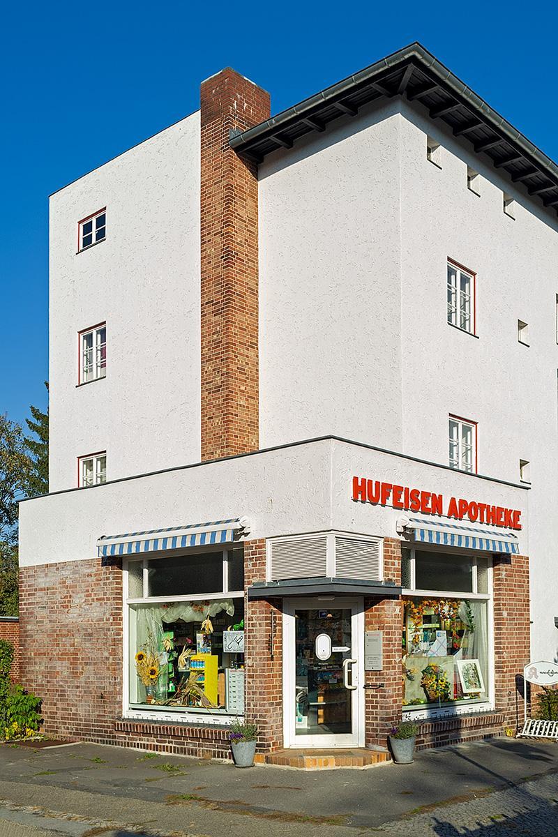 Hufeisen Apotheke im Beitrag Berlin: Hufeisen Siedlung