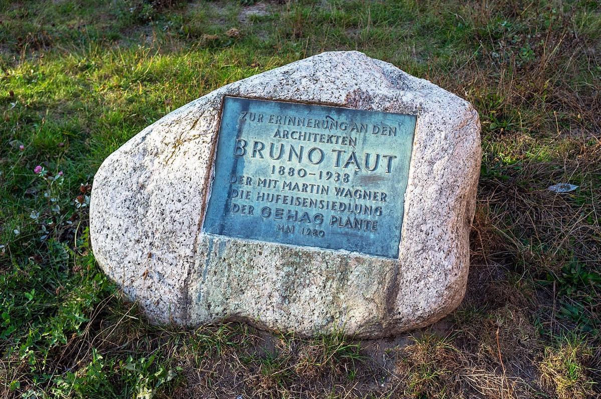 Erinnerungsstein an Bruno Taut in der Siedlung des UNESCO Welterbes
