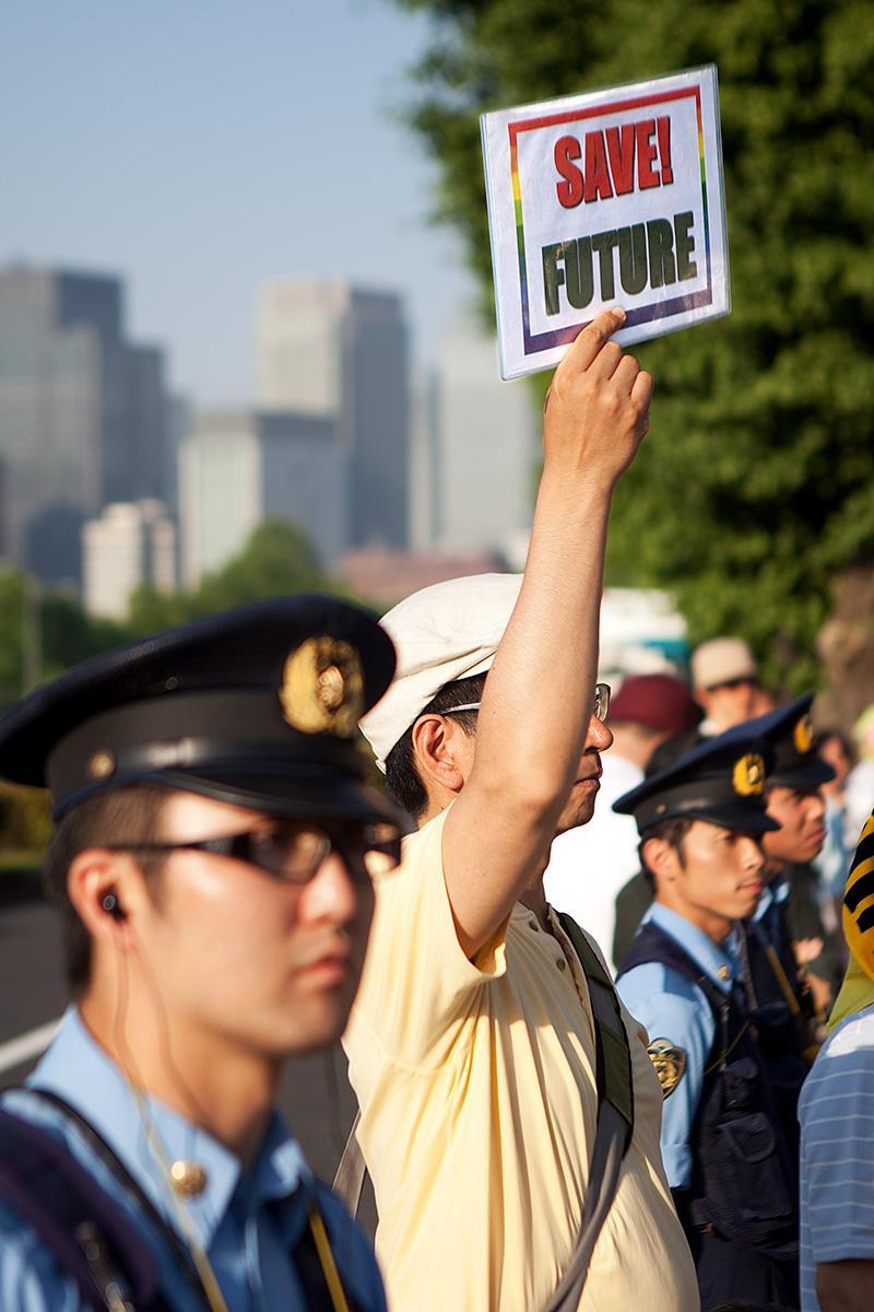 """Ein Mann zeigt das Schild """"Save Future"""" auf der Seite Stadterkundung.com"""