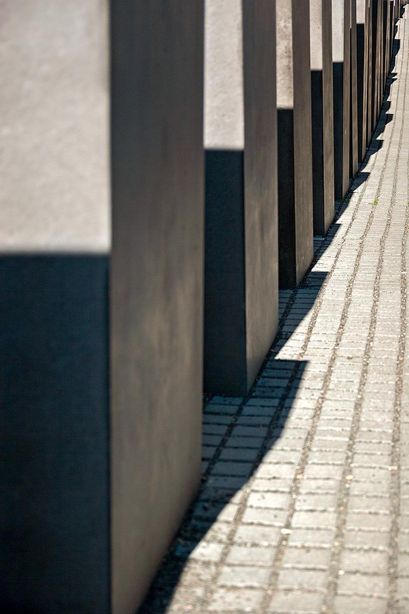 Eine Reihe von Steelen auf dem Holocaust Mahnmal in Berlin
