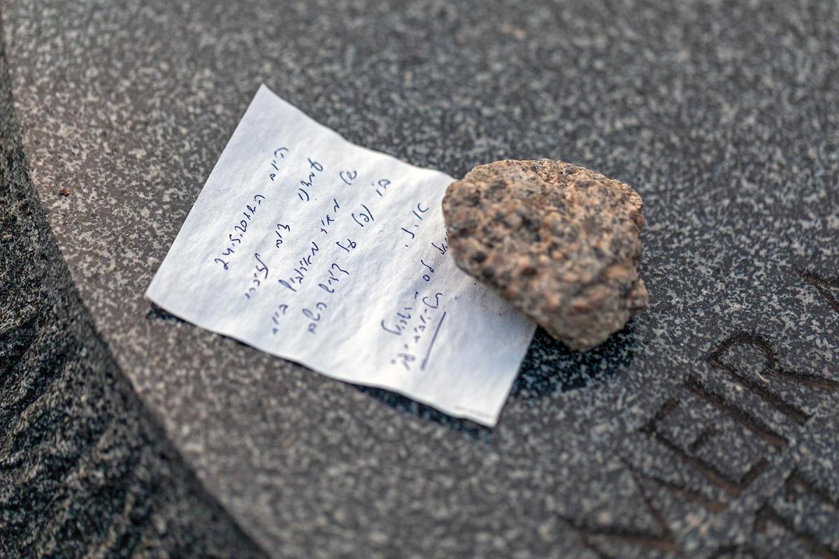Ein Stein und ein beschrifteter Zettel auf der Seite Stadterkundung.com