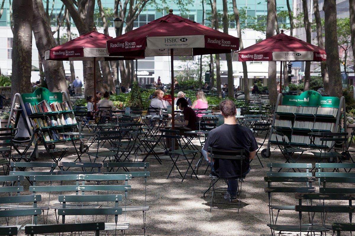 Ein Blick in den Open-Air Lesesaal im Bryant Park, Manhattan auf der Seite Stadterkundung.com