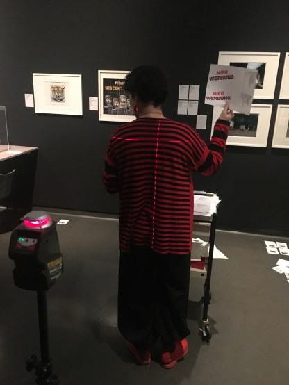 Das Aufkleben der Etiketten verlieh der Ausstellung den letzten Schliff