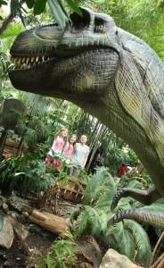 Überlebensgroße Modelle von Dinosauriern sind in der Ausstellung zu sehen Foto: Kraftstoff