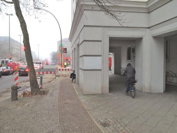 Am Rathaus Wilmersdorf endet der Radweg in der Baustellen-Absperrung    Link