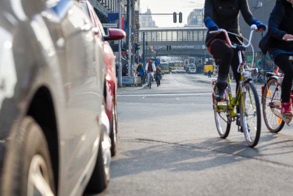 Fahrradfahrer und Auto Enge in der Stadt