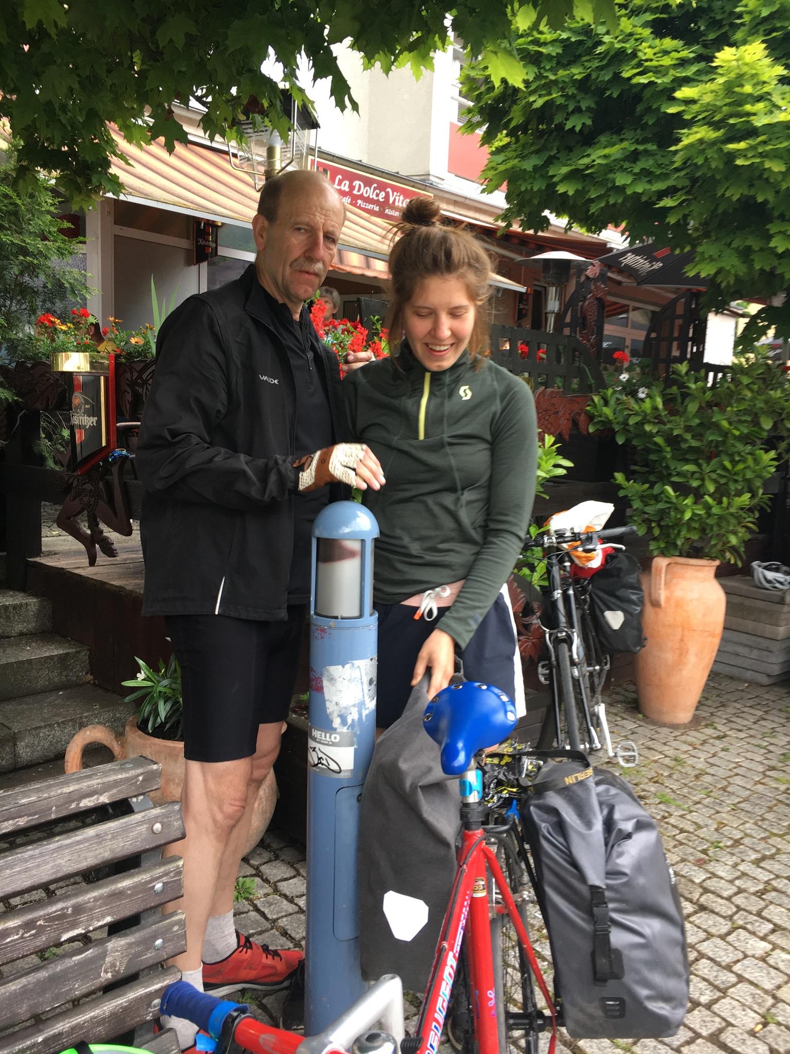 Zwei Menschen vor einer Gaststätte in Gotha