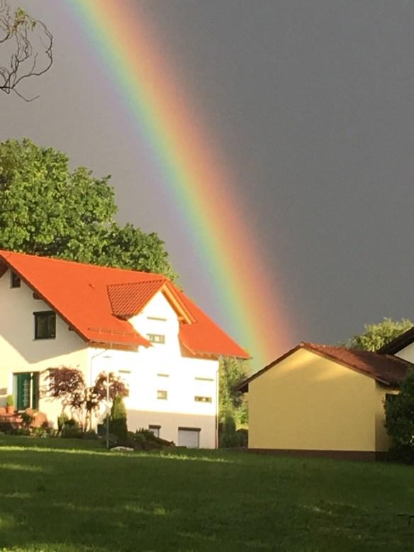 Regenbogen über einem Haus